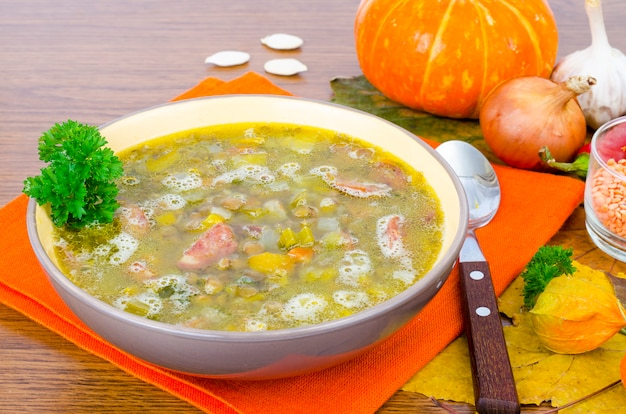 Suppe aus kürbis, linse und wurst