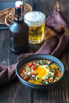 Suppe aus schwarzen bohnen und einem ei