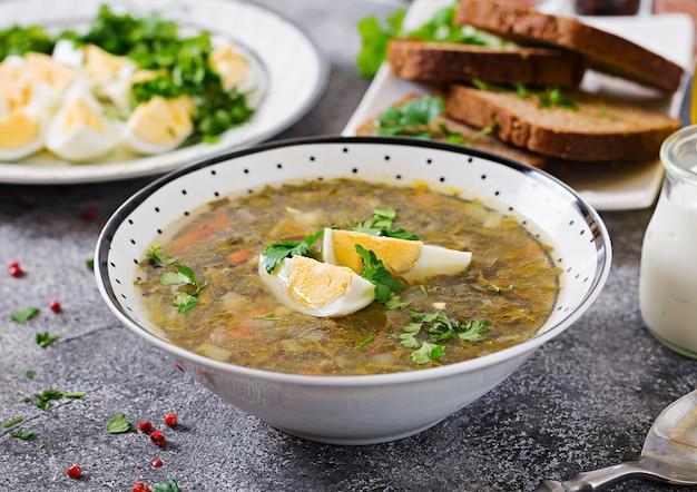Suppe des grünen sauerampfers mit eiern. sommermenü. gesundes essen.