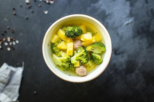 Suppe fleischbällchen brokkoli gemüse ersten gang brühe fleisch huhn oder pute hausmannskost gesunde mahlzeit