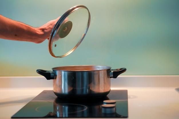 Suppe in einer pfanne auf einem induktionsherd kochen
