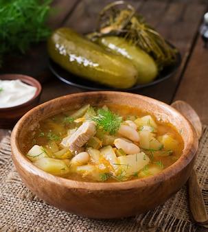 Suppe mit eingelegten gurken und bohnen nach ukrainischer art