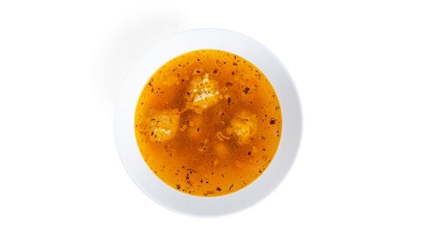 Suppe mit fleischbällchen in weißer tiefer schale isoliert