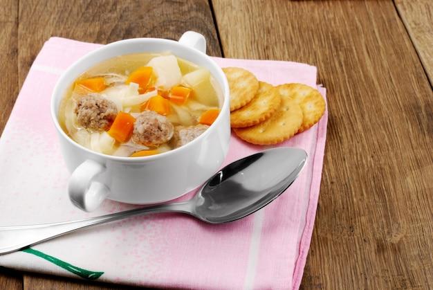 Suppe mit fleischklöschen auf dem küchentisch