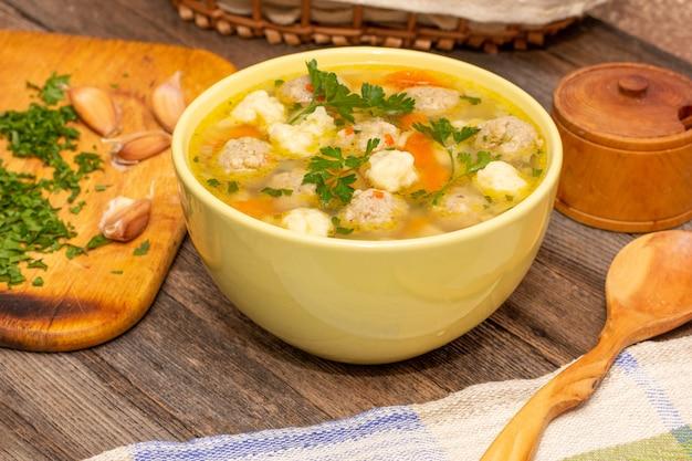 Suppe mit fleischklöschen und mehlkloßnahaufnahme