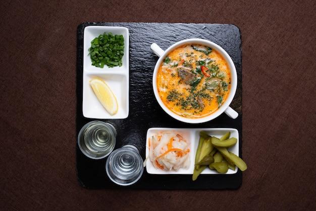 Suppe mit gurken, kohl und wodka zum mittagessen.