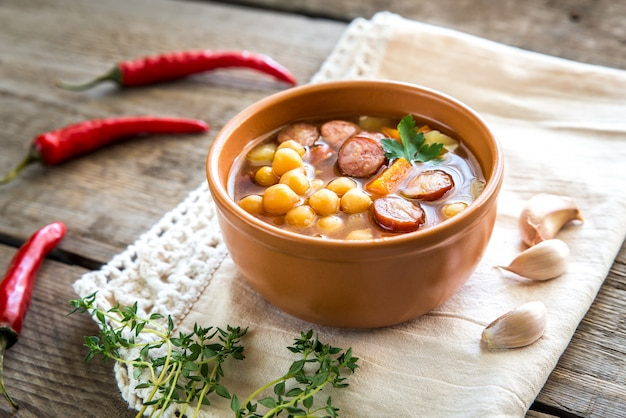 Suppe mit kichererbsen und geräucherter wurst