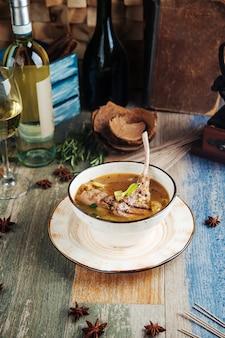 Suppe mit lammrippen selleriespinat und kartoffeln