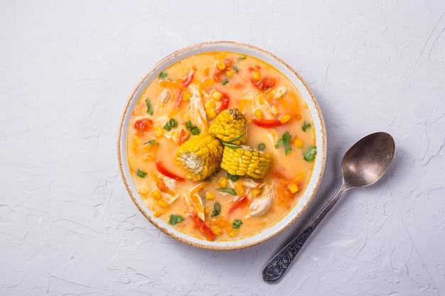 Suppe mit mais garniert mit scheiben des reifen maiskürbises