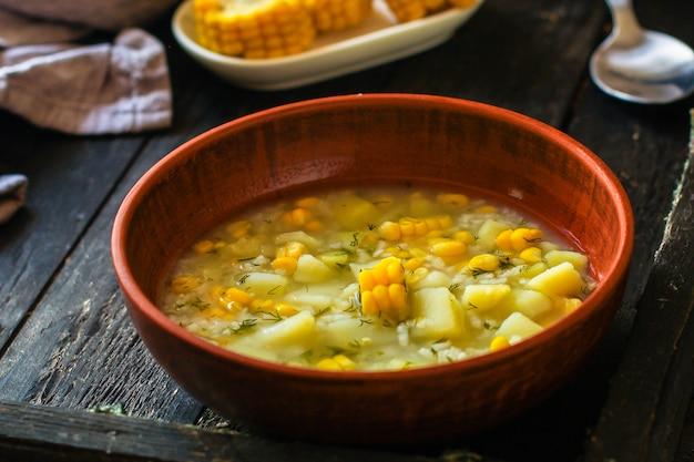 Suppe mit mais und gemüse (erster gang, vegetarisches gericht)