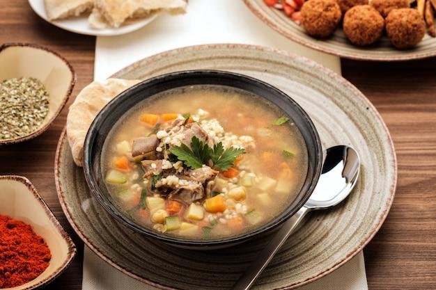Suppe mit rindfleisch, kichererbsen und gemüse,