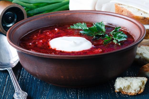 Suppe mit rüben. russischer traditioneller borschtsch