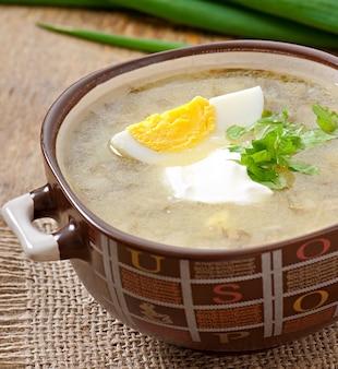 Suppe mit sauerampfer und ei