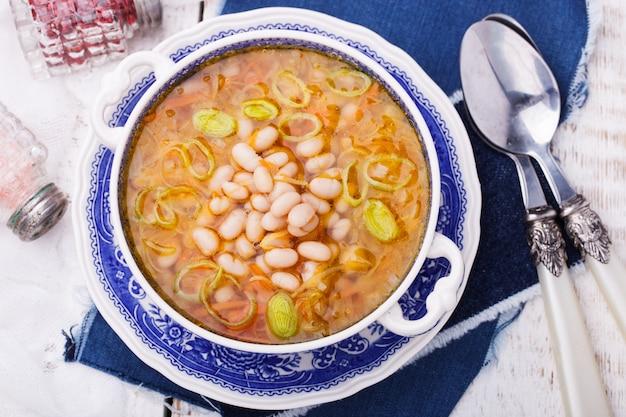 Suppe mit weißen bohnen und lauch