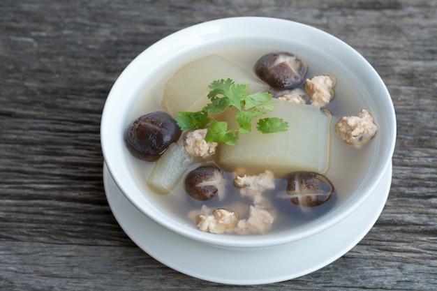 Suppe nach thailändischer und asiatischer art mit gehackter kürbissuppe und hühnerbrust.