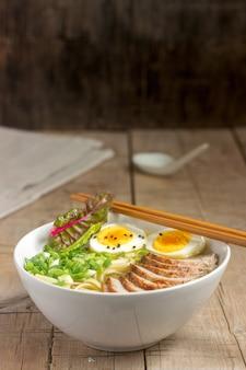 Suppe ramen, ein traditionelles gericht der asiatischen küche.