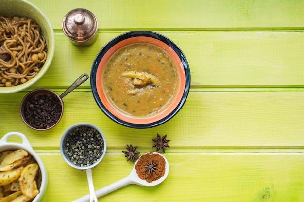 Suppe und gewürze in der nähe von geschirr