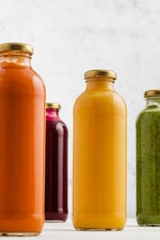 Suppen in glasflasche brokkoli, kürbis, karotte und rübensuppen in gläsern
