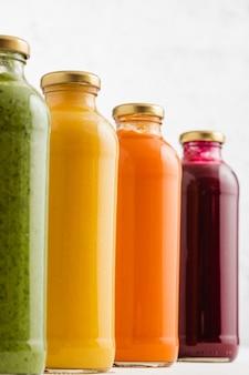 Suppen in glasflaschen brokkoli, kürbis, karotten und rüben suppen in gläsern