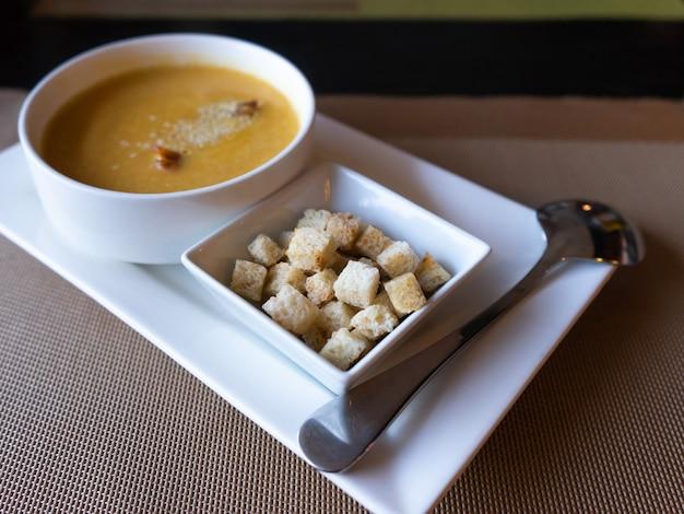 Suppenpüree mit sesam bestreut, croutons aus weißbrot. japanisches essen im restaurant.