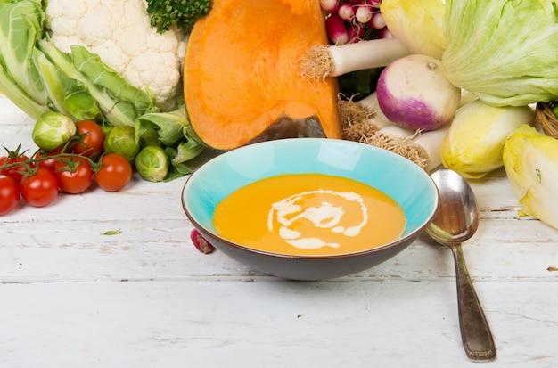 Suppenteller mit gemüse