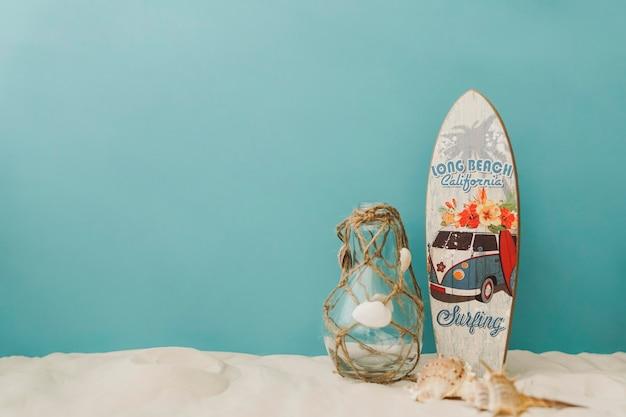 Surfboard, mollusken und flasche auf blauem hintergrund