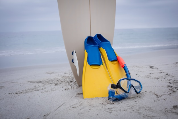 Surfbrett mit flossen und tauchermaske