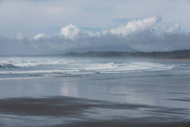 Surfen sie am strand, pacific rim nationalparkreservat, tofino, vancouver island, british columbia, ca