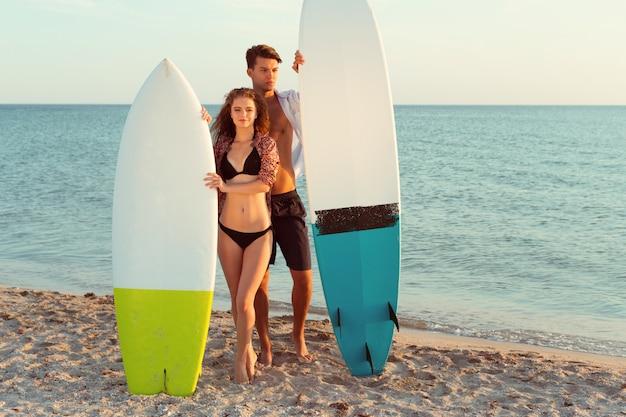 Surfer am strand spaß im sommer