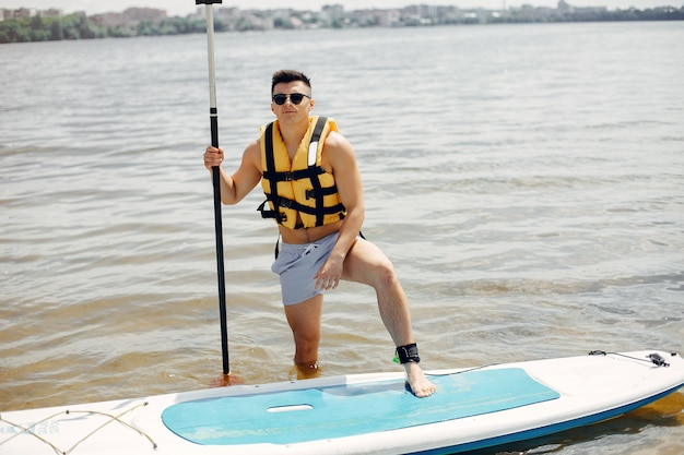 Surfer an einem sommerstrand