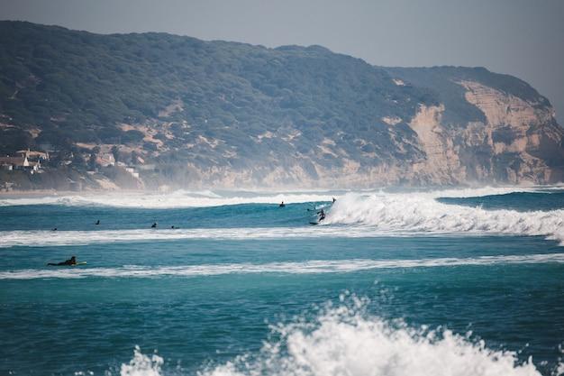 Surfer auf dem meer mit wellen
