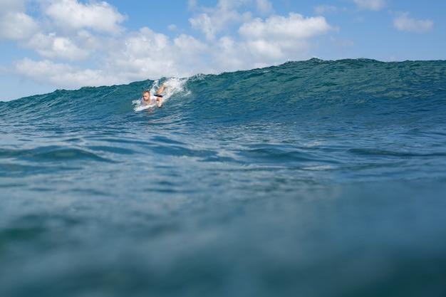Surfer auf der welle.