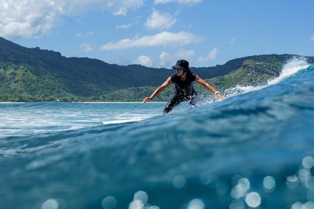 Surfer auf einer blauen welle. Kostenlose Fotos
