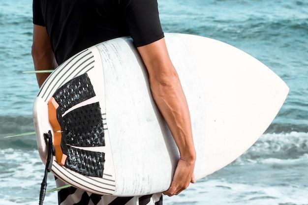 Surfer, der ein surfbrett hält