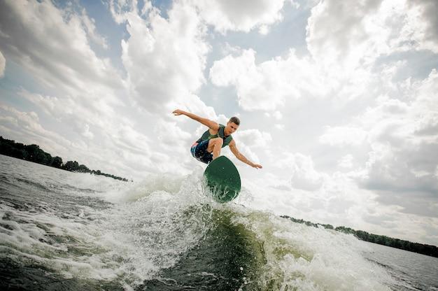 Surfer führt seine beruflichen fähigkeiten und fertigkeiten aus