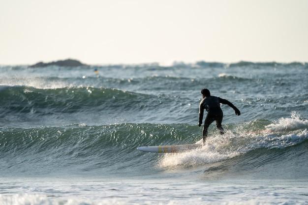 Surfer genießen die großen wellen