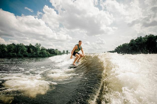 Surfer reiten wakeboard auf hoher welle, mit extremer sommerzeit