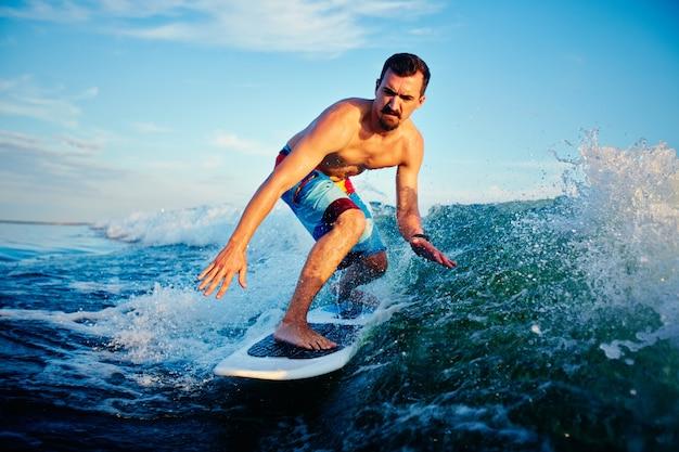 Surfer vorbereitung für den wettbewerb