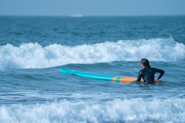 Surferin bereitet sich auf das surfen vor