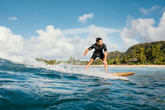Surferreitwelle bei tageslicht