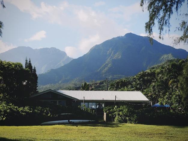 Surfhaus unter bergen in hawaii