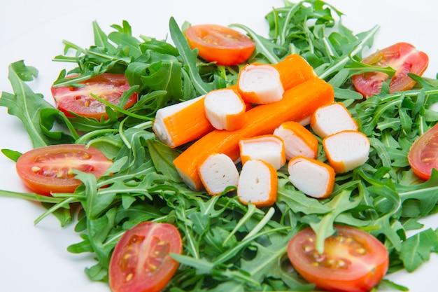 Surimi mit rucola und kirschtomaten