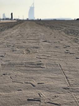 Suset-ansicht zur verzierten sandstraße und burj al arab, dubai