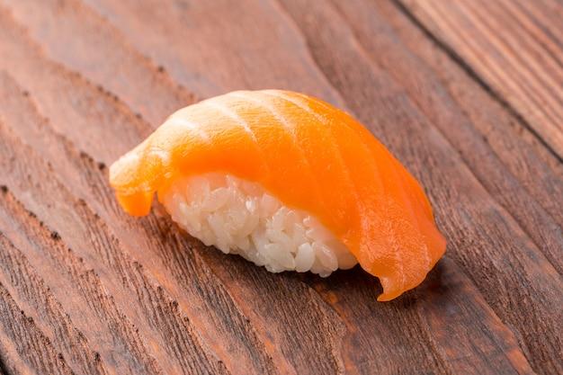 Sushi auf dem holztisch
