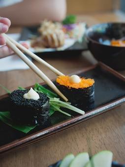 Sushi auf dem teller, japanisches essen