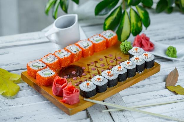 Sushi auf den tisch gelegt
