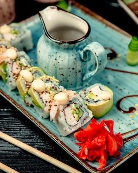 Sushi auf den tisch gestellt