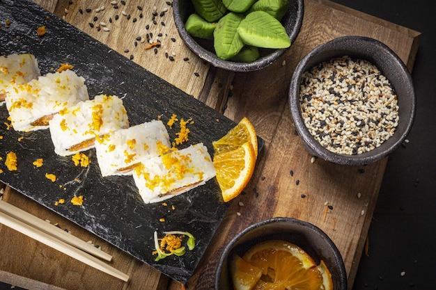 Sushi auf einer dunklen lebensmittelphotographieart der platte