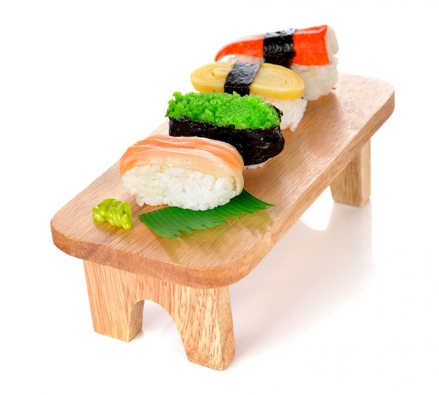 Sushi auf holzbrett