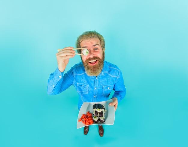 Sushi bärtiger mann mit sushi in der nähe von gesicht japan hipster essen sushi sushi lieferung japanisches essen